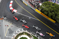 Daniel Ricciardo, Red Bull Racing RB14, leads Sebastian Vettel, Ferrari SF71H, Lewis Hamilton, Mercedes AMG F1 W09, Kimi Raikkonen, Ferrari SF71H, Valtteri Bottas, Mercedes AMG F1 W09, Esteban Ocon, Force India VJM11, and Fernando Alonso, McLaren MCL33, at the start of the race