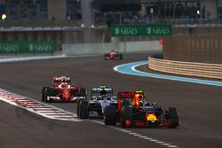 Max Verstappen, Red Bull Racing RB12, voor Nico Rosberg, Mercedes F1 W07 Hybrid, Kimi Raikkonen, Ferrari SF16-H, en Sebastian Vettel, Ferrari SF16-H