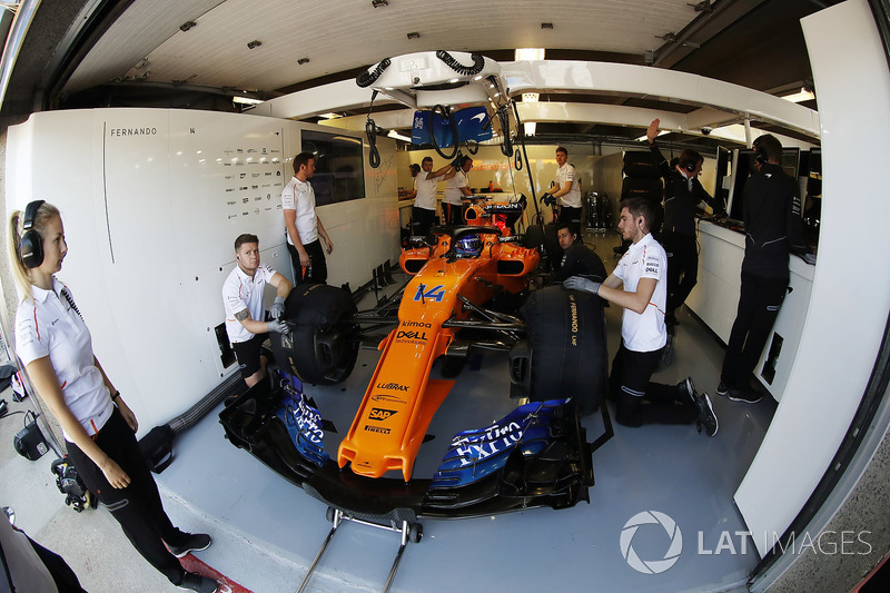 Fernando Alonso, McLaren MCL33, nel box con i meccanici
