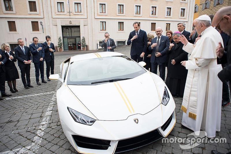 10. El Papa Francisco bendice a un Lamborghini Huracán