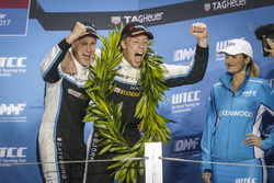 Podium: Nicky Catsburg, Polestar Cyan Racing, Volvo S60 Polestar TC1 en Thed Björk, Polestar Cyan Ra