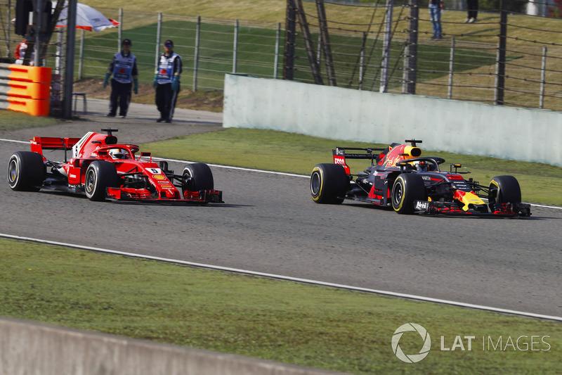 Daniel Ricciardo, Red Bull Racing RB14 Tag Heuer, menyalip Sebastian Vettel, Ferrari SF71H