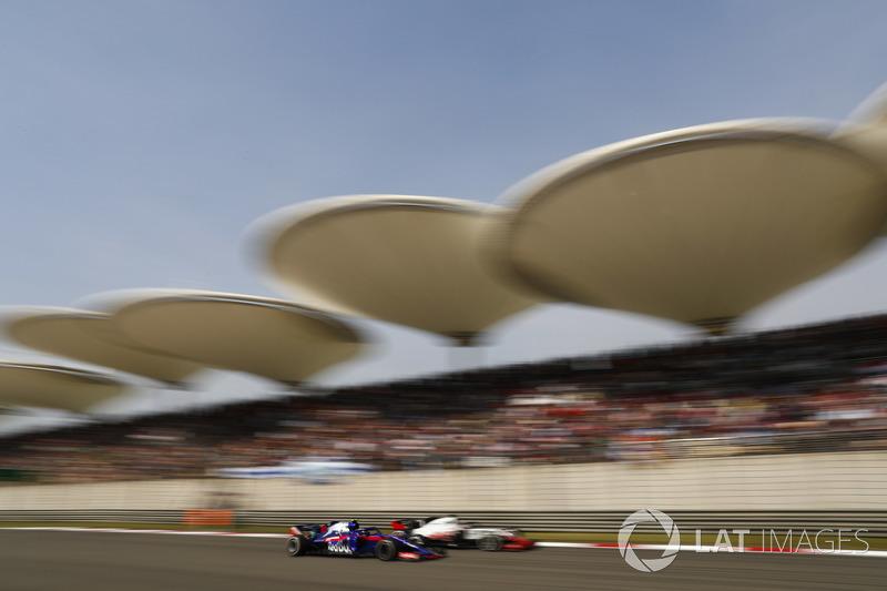 Romain Grosjean, Haas F1 Team VF-18 Ferrari, en lutte avec Pierre Gasly, Toro Rosso STR13 Honda