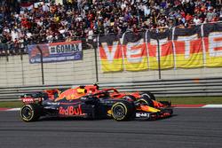 Даниэль Риккардо, Red Bull Racing RB14, и Кими Райкконен, Ferrari SF71H