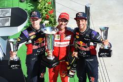 Daniil Kvyat, Red Bull Racing, yarış galibi Sebastian Vettel, Ferrari ve Daniel Ricciardo, Red Bull Racing podyumda
