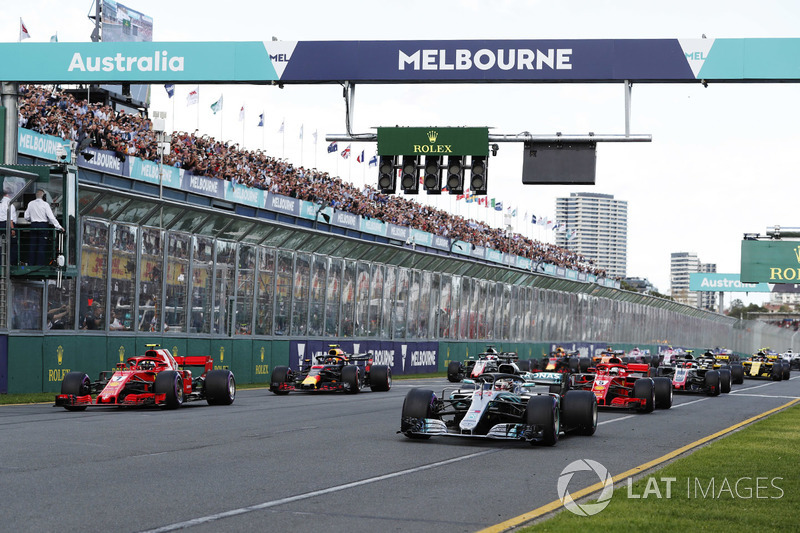 Start: Lewis Hamilton, Mercedes AMG F1 W09 leads
