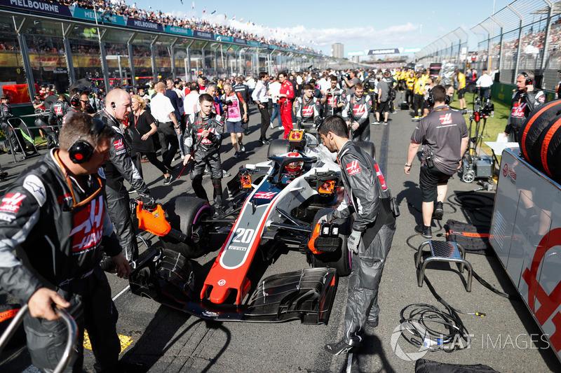 Kevin Magnussen, Haas F1 Team VF-18 Ferrari, arrives on the grid