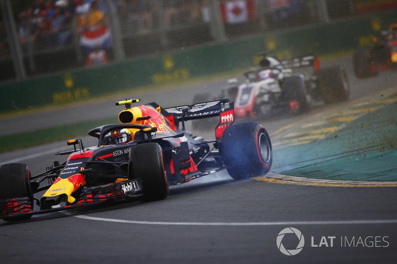 Max Verstappen, Red Bull Racing RB14 Tag Heuer, spin atıyor, Romain Grosjean, Haas F1 Team VF-18 Ferrari