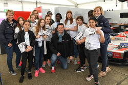Susie Wolff, fundadora de Dare to be Different, con las chicas en los boxes