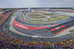 Sebastian Vettel, Ferrari SF71H, Valtteri Bottas, Mercedes AMG F1 W09, y Kimi Raikkonen, Ferrari SF71H, lideran el grupo
