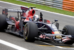 Sebastian Vettel, Scuderia Toro Rosso STR03 cruza la línea para ganar su primer GP