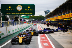Nico Hulkenberg, Renault Sport F1 Team RS17, Brendon Hartley, Scuderia Toro Rosso STR12, Carlos Sainz Jr., Renault Sport F1 Team RS17, Pascal Wehrlein, Sauber C36, Marcus Ericsson, Sauber C36, eEsteban Ocon, Sahara Force India F1 VJM10, form a queue in the pit lane during Qualifying