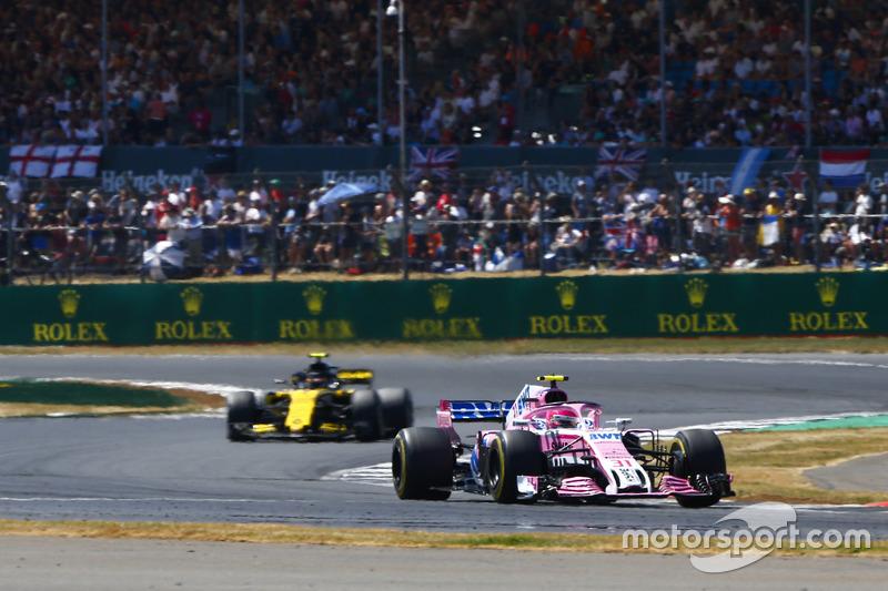 Esteban Ocon, Force India VJM11, y Carlos Sainz Jr., Renault Sport F1 Team R.S. 18