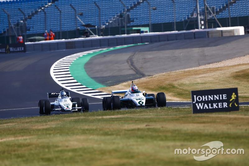 Jenson Button pilota a Williams FW08B de 1982, à frente de Guy Martin em um Williams FW08C de 1983