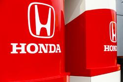 Honda-logo's op het motorhome en de transporter