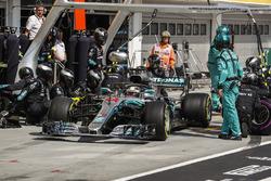 Lewis Hamilton, Mercedes AMG F1 W09 pit stop