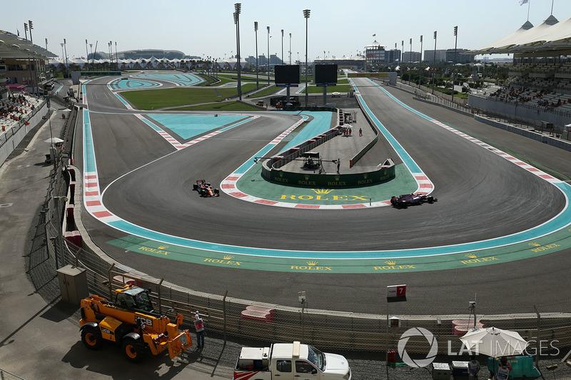 Sergio Perez, Sahara Force India VJM10 ve Fernando Alonso, McLaren MCL32