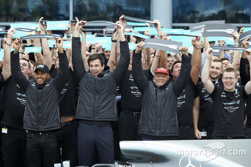 Lewis Hamilton F1 de Mercedes AMG, Toto Wolff, Director Ejecutivo de Mercedes AMG F1, Niki Lauda, Presidente no ejecutivo, Mercedes AMG F1