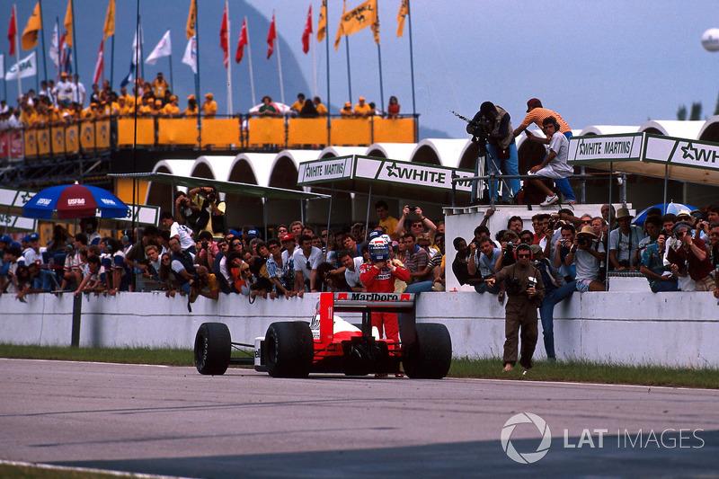 Le vainqueur Alain Prost, McLaren MP4/4, gare sa voiture dans la ligne droite