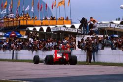 Yarış galibi Alain Prost, McLaren MP4/4 yolda kalıyor