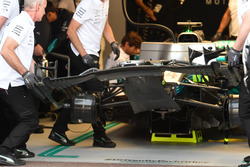 Lewis Hamilton, Mercedes-AMG F1 W09 front wing change