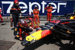 Max Verstappen, Red Bull Racing RB14, guarda la sua monoposto incidentata