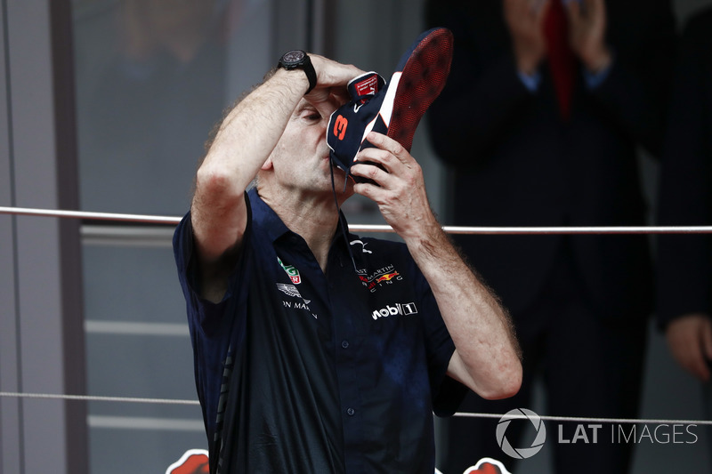 Adrian Newey, director técnico de Red Bull Racing, bebe champán del zapato del ganador de la carrera Daniel Ricciardo, Red Bull Racing