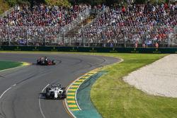 Felipe Massa, Williams FW40, y Romain Grosjean, Haas F1 Team VF-17