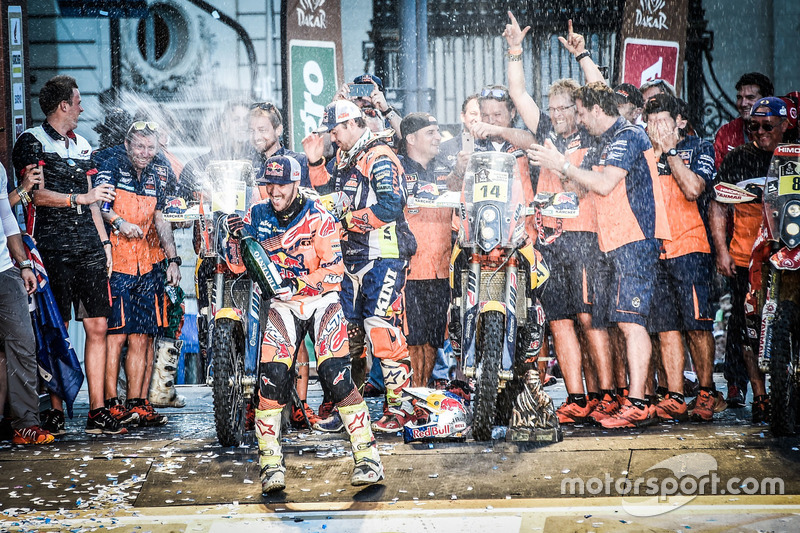 Winner #14 Red Bull KTM Factory Racing: Sam Sunderland and #16 Red Bull KTM Factory Racing: Matthias Walkner with the team