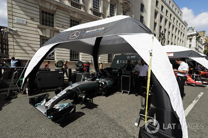Інженери Mercedes Engineers і Mercedes AMG F1 W08
