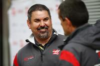 Haas F1 Team team member speaks to Guenther Steiner, Team Principal, Haas F1 Team