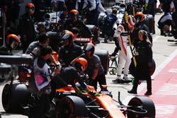 Stoffel Vandoorne, McLaren, exits his car as Fernando Alonso, McLaren MCL32, Lance Stroll, Williams FW40, Felipe Massa, Williams FW40 arriving