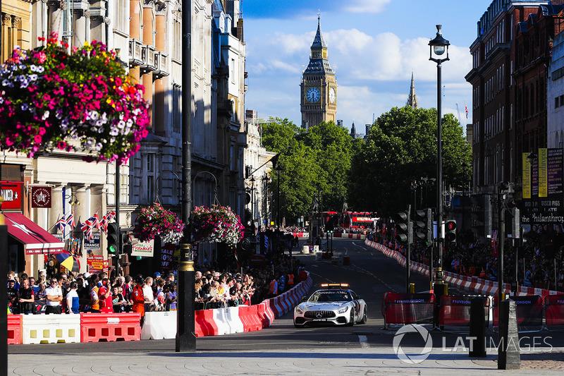 Автомобіль безпеки на вулицях Лондона