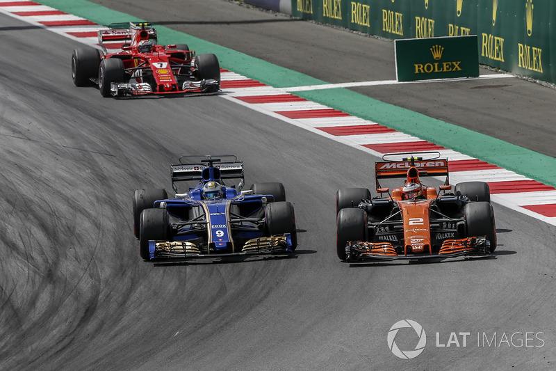 Stoffel Vandoorne, McLaren MCL32 and Marcus Ericsson, Sauber C36