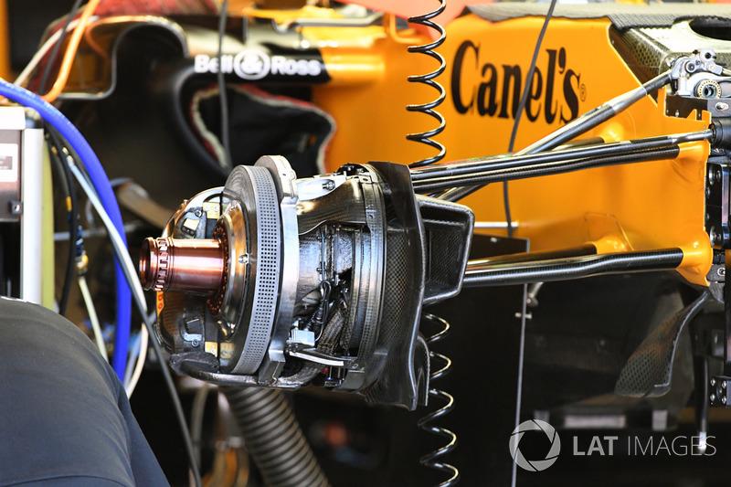 Renault Sport F1 Team RS17, detalle del freno delantero y el neumático