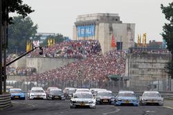 Au départ de la course, Ralf Schumacher, Laureus AMG Mercedes C-Klasse mène devant Jamie Green, Junge Sterne AMG Mercedes C-Klasse et Bruno Spengler, Mercedes-Benz Bank AMG C-Klasse