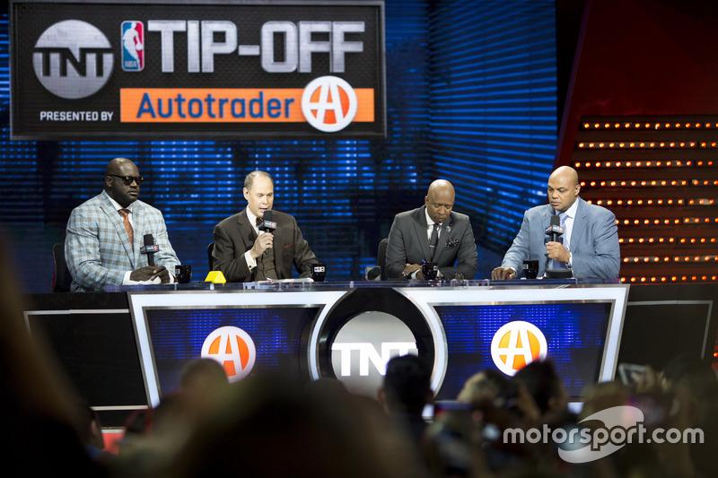 La leyenda del baloncesto Shaquille O'Neal con comentarista deportivo Ernie Johnson Jr y ex jugadores y analistas de Kenny Smith y Charles Barkley