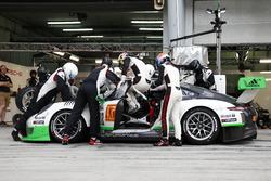 Pit stop, #912 Manthey Racing Porsche 911 GT3 R: Frédéric Makowiecki, Richard Lietz, Michael Christensen