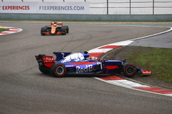Carlos Sainz Jr., Scuderia Toro Rosso STR12, spins at the start, ahead of Fernando Alonso, McLaren MCL32