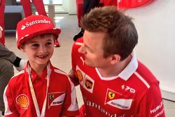 Kimi Räikkönen, Ferrari, avec Thomas, un jeune fan