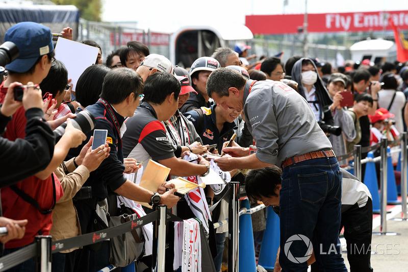 Керівник Haas F1 Team Гюнтер Штайнер роздає автографи