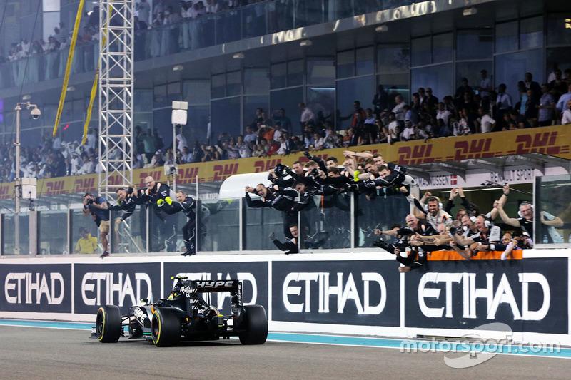 Sergio Pérez, Sahara Force India F1 VJM09 pasa al equipo en el final de la carrera en cuarta posición en el Campeonato de constructores