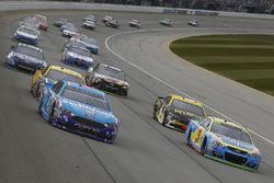 Aric Almirola, Richard Petty Motorsports Ford, Kasey Kahne, Hendrick Motorsports Chevrolet