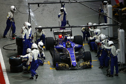 Pascal Wehrlein, Sauber C36-Ferrari, pit stop
