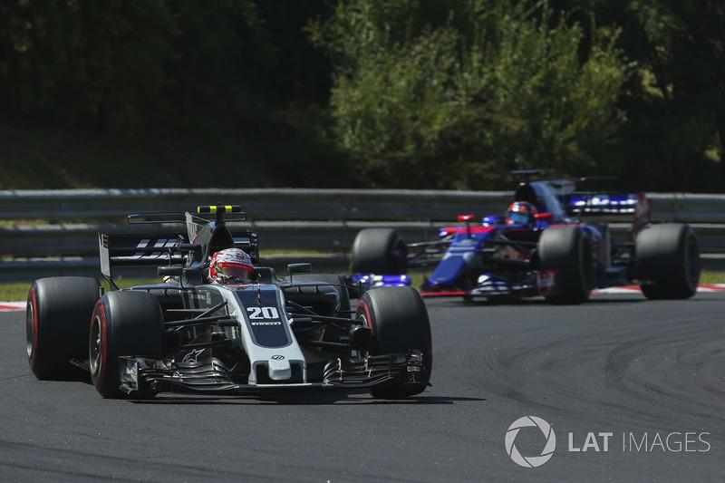 Kevin Magnussen, Haas F1 Team VF-17, Daniil Kvyat, Scuderia Toro Rosso STR12