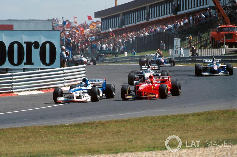 В первом повороте 11-го круга Хилл атаковал и прошел Шумахера, вызвав восторг у комментаторов во всем мире. Чемпион мира на одной из слабейших машин пелотона лидировал в гонке!