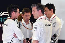 Инженер Mercedes AMG F1 Энди Шовлин, технический директор Джеймс Эллисон и руководитель команды Тото Вольф