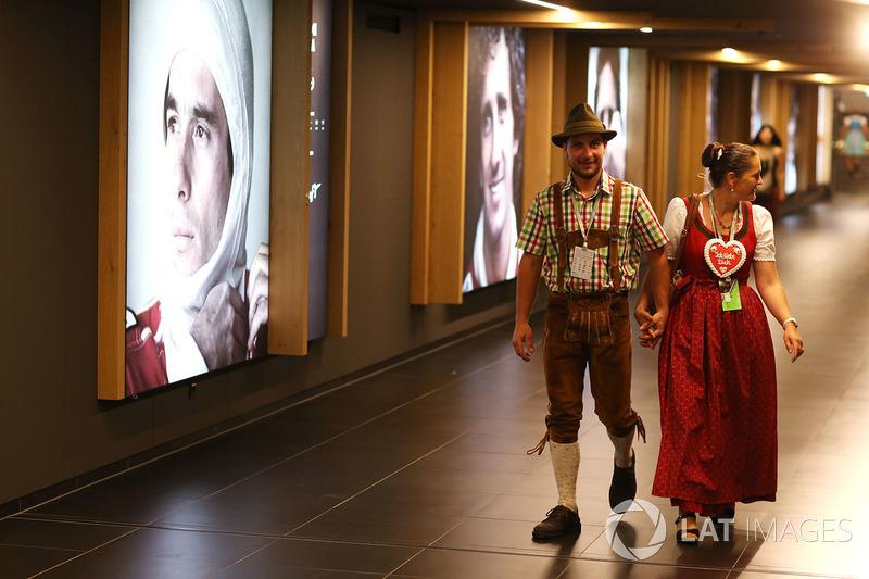Уболівальники у національному вбранні у галереї чемпіонів світу