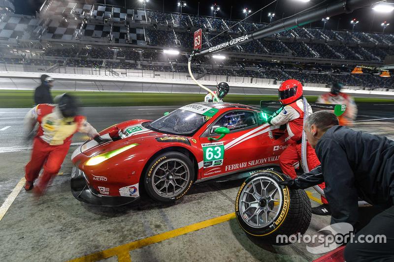 #63 Scuderia Corsa Ferrari 488 GT3: Christina Nielsen, Alessandro Balzan, Sam Bird, Matteo Cressoni, pit action
