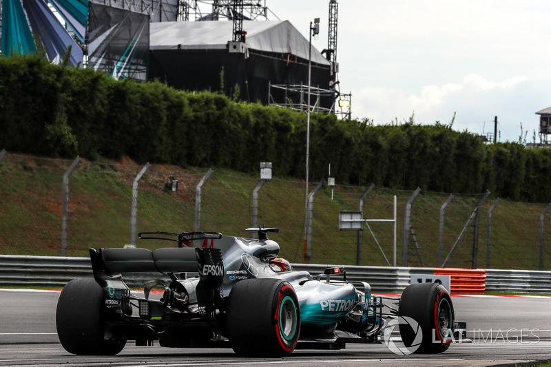 Lewis Hamilton fez apenas o sexto tempo, quase um segundo e meio atrás do rival da Ferrari.